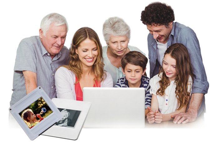 Diaformate erklärt bei MEDIAFIX. Familie schaut sich digitalisierte Dias am Laptop an.