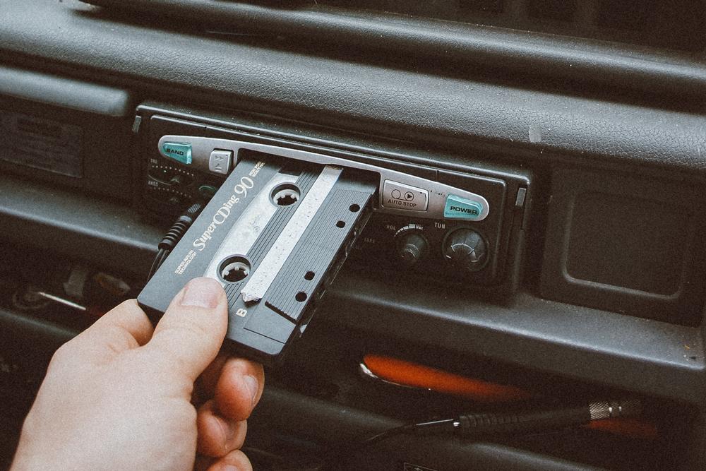 Audiokassette im Auto: Die Geschichte der Audiokassette bei MEDIAFIX.