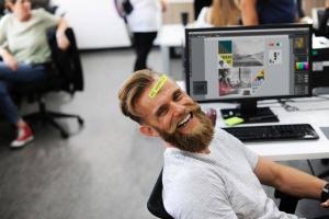 MEDIAFIX-Mitarbeiter haben Spaß an der Arbeit