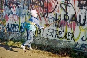 Ein Mauerspecht auf West-Berliner Seite am Potsdamer Platz