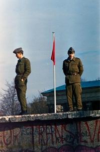 Zwei Grenzsoldaten stehen Wache auf der Mauer.