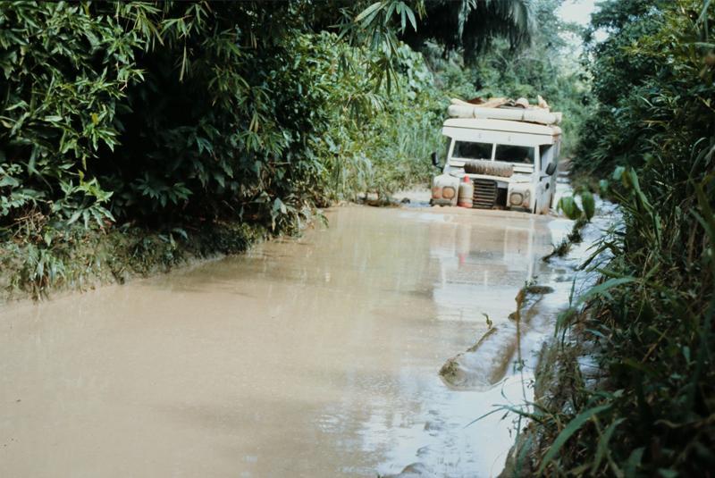 Jeep im meter-hohen Schlamm