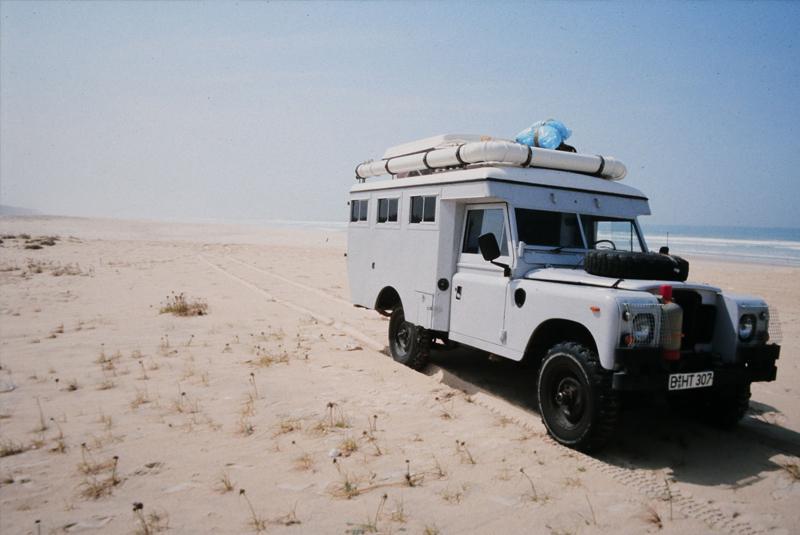 Jeep am Strand vorm Indischen Ozean