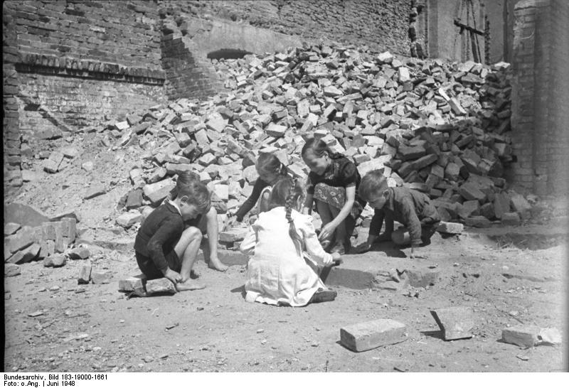 Berliner Kinder spielen in Ruinen 1948